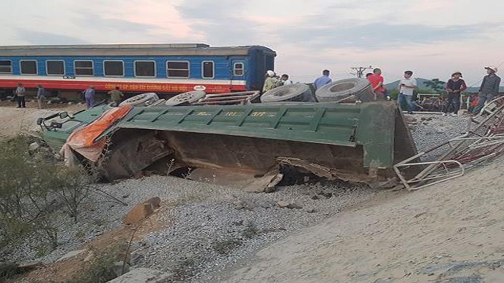 Tai nạn giữa tàu SE19 và xe tải chở đá: Lật 8 toa tàu, 10 người thương vong
